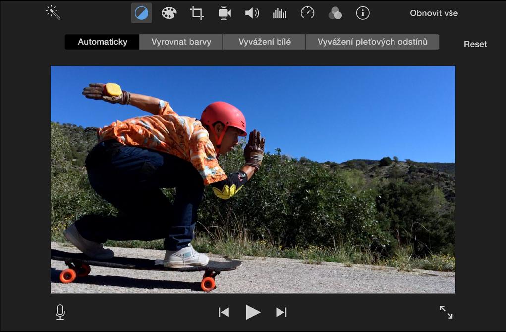 Prohlížeč se zobrazením použití automatických úprav barev klipu ve filmu