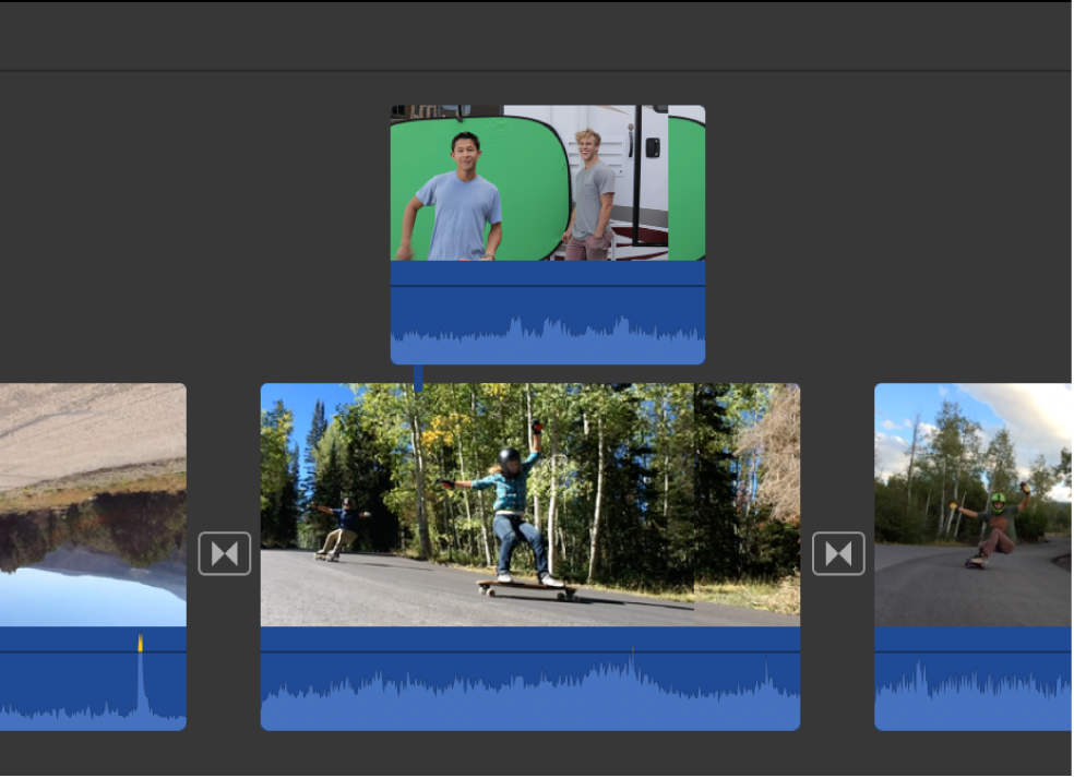 Garis waktu menampilkan klip yang sedang diseret ke atas klip lain untuk menyambungkannya
