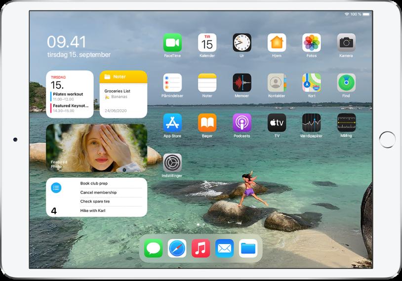 Hjemmeskærmen på iPad. I venstre side af skærmen findes Dagsoversigt med Kalender-, Noter-, Fotos- og Påmindelser-widgets.