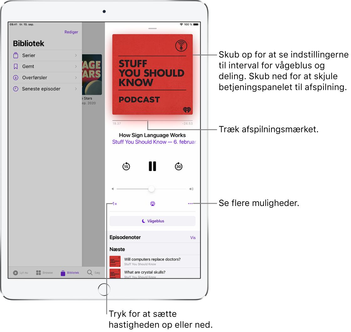 Podcast-betjeningspanelet på højre side af skærmen. I midten findes betjeningsmuligheden til at afspille en podcast eller sætte den på pause. Herunder findes lydstyrkejusteringen. Øverst på skærmen findes et mærke til at spole tilbage eller gå fremad i podcasten. I nederste venstre hjørne findes betjeningsmuligheden til ændring af afspilningshastigheden. I det nederste højre hjørne ses knappen Mere.