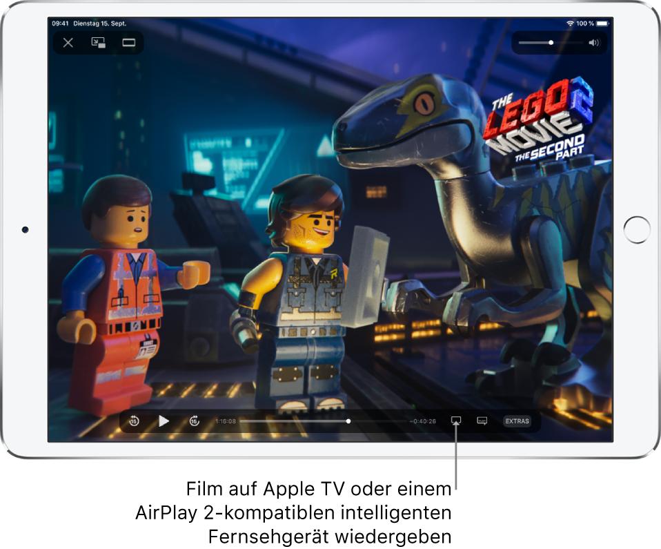 """Auf dem iPad-Bildschirm wird ein Film wiedergegeben. Unten auf dem Bildschirm befinden sich die Steuerelemente für die Wiedergabe, einschließlich der Taste """"Bildschirmsynchronisierung"""" unten rechts."""