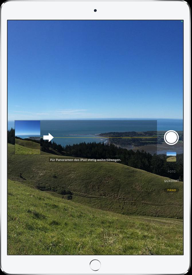 Kamera im Panoramamodus. Ein Pfeil links von der Bildschirmmitte zeigt nach rechts, um die Richtung der Panoramaaufnahme anzugeben.
