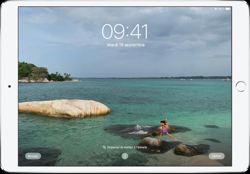 L'écran verrouillé de l'iPad avec une photo provenant de la photothèque en arrière-plan.