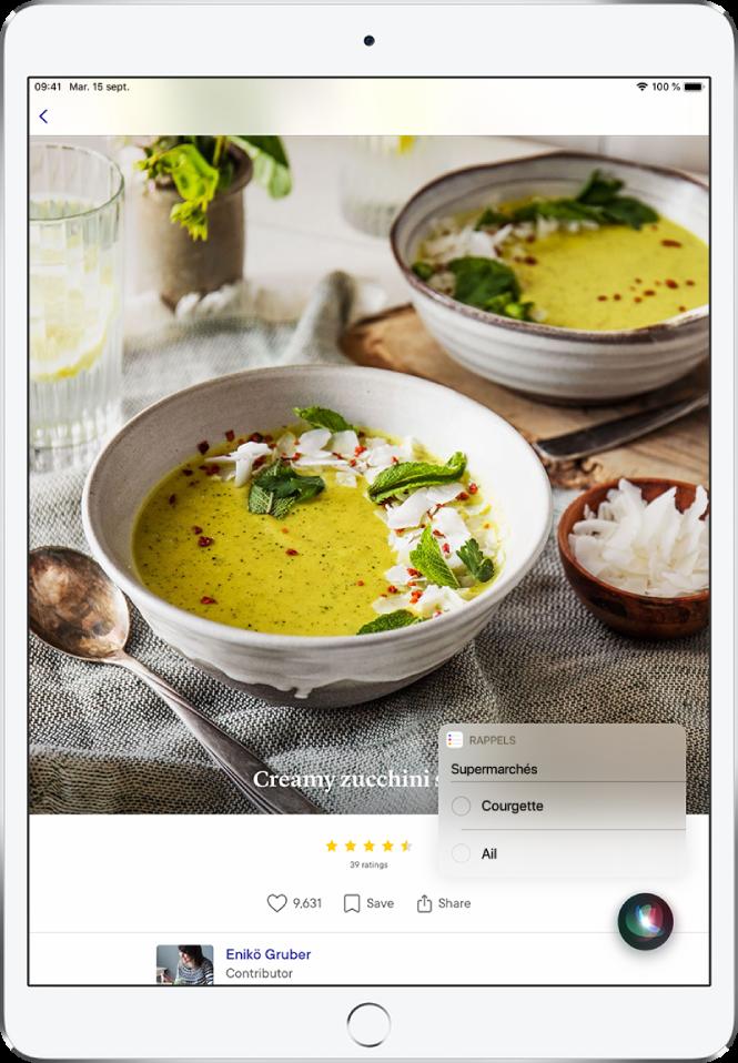 Siri affiche une liste de courses de Rappels contenant courgette et ail. La liste apparaît au-dessus d'une recette de soupe crémeuse à la courgette.