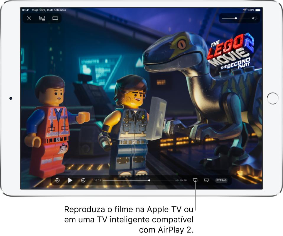 Um filme sendo reproduzido na tela do iPad. Na parte inferior da tela, encontram-se os controles de reprodução, incluindo o botão Espelhamento de Tela, próximo ao canto inferior direito.