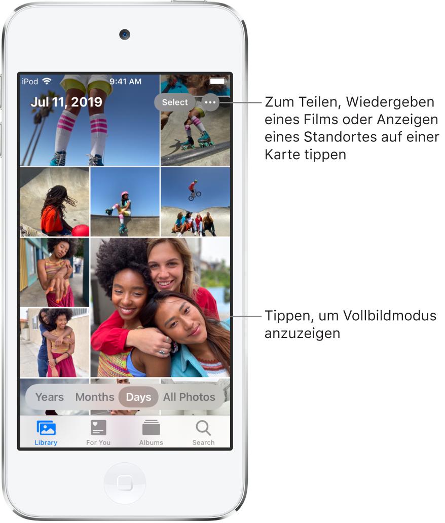 """Die Fotomediathek in der Tagesansicht. Eine Auswahl mit Fotominiaturen füllt den Bildschirm. Oben links wird angezeigt, wann und wo die Fotos aufgenommen wurden. Oben rechts befinden sich die Tasten """"Auswählen"""" und """"Weitere Optionen"""". Unter den Miniaturen befinden Optionen zum Anzeigen aller Fotos in der Fotomediathek oder unterteilt nach Jahren, Monaten oder Tagen. Ganz unten befinden sich die Tabs """"Mediathek"""", """"Für dich"""", """"Alben"""" und """"Suchen""""."""