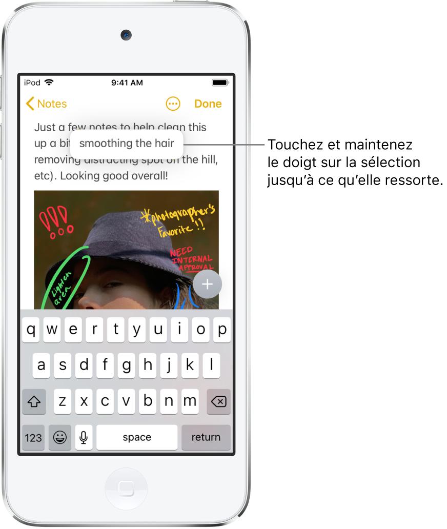 Un utilisateur touche et maintient son doigt sur une phrase sélectionnée; elle semble alors se soulever.