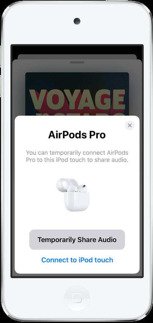 Een iPodtouch-scherm waarop AirPods in een open oplaadcase te zien zijn. Onder aan het scherm staat een knop voor het tijdelijk delen van audio.