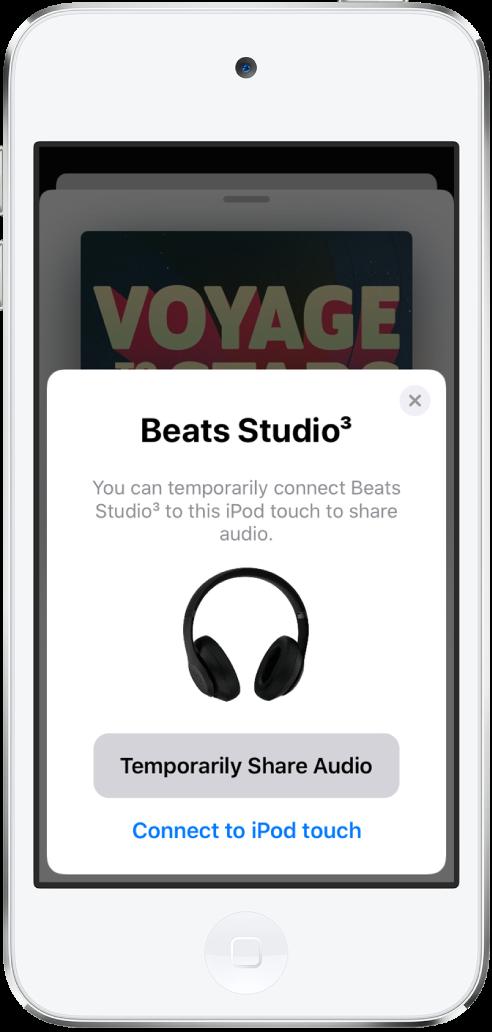 Een iPodtouch-scherm waarop een Beats-koptelefoon te zien is. Onder aan het scherm staat een knop voor het tijdelijk delen van audio.