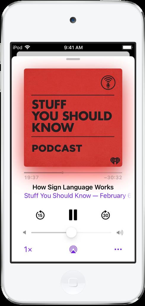 Het scherm met de podcastspeler, met bovenin de omslag van de podcast. Daaronder zie je de afspeelkop, de naam van de podcast en de titel van de aflevering, de afspeelknop, de pauzeknop en knoppen om terug en vooruit te spoelen. Onder de regelaars van de speler bevindt zich de volumeschuifknop. Onder in het scherm zie je, van links naar rechts, de knop voor de afspeelsnelheid, de knop voor de sluimerstandtimer, de afspeelbestemmingsknop en de deelknop.