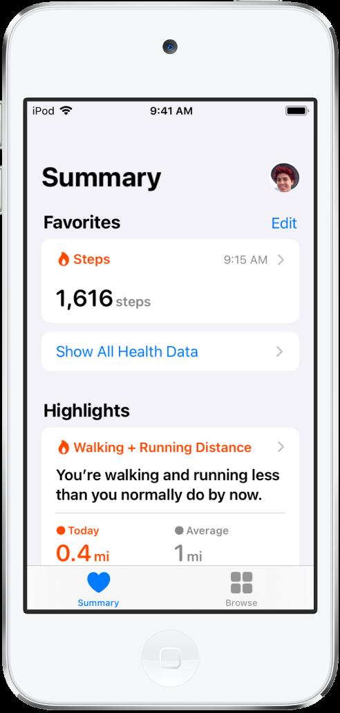 En Oversikt-skjerm som viser Skritt som en favorittkategori. Under Hovedpunkter viser skjermen informasjon om dagens gå- og løpedistanse.