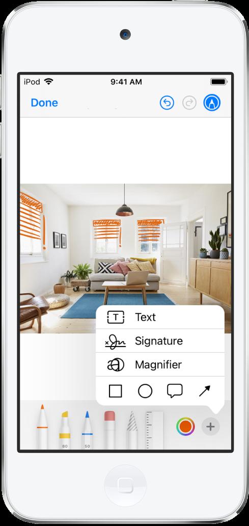 Uma foto é marcada com linhas laranja para indicar as persianas das janelas. A barra de ferramentas de Marcação com ferramentas de desenho e o seletor de cores aparecem na parte inferior da tela. Um menu com opções para adicionar texto, uma assinatura, uma lupa e formas aparece no canto inferior direito.