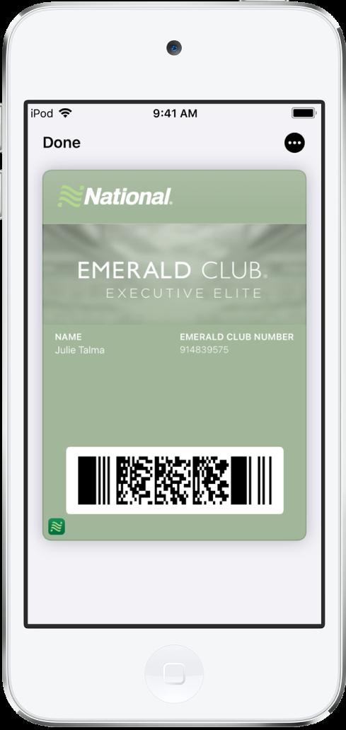 Tíquete de embarque na Wallet mostrando informações do voo e o código QR na parte inferior.