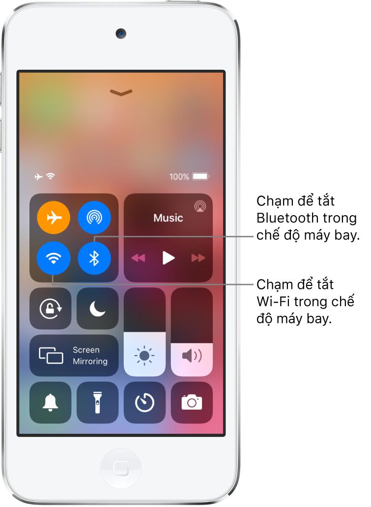 Trung tâm điều khiển với chế độ trên máy bay được bật, với các chú thích giải thích thao tác chạm vào nút dưới cùng bên trái trong nhóm các điều khiển trên cùng bên trái sẽ tắt Wi-Fi và thao tác chạm vào nút dưới cùng bên phải của nhóm đó sẽ tắt Bluetooth.