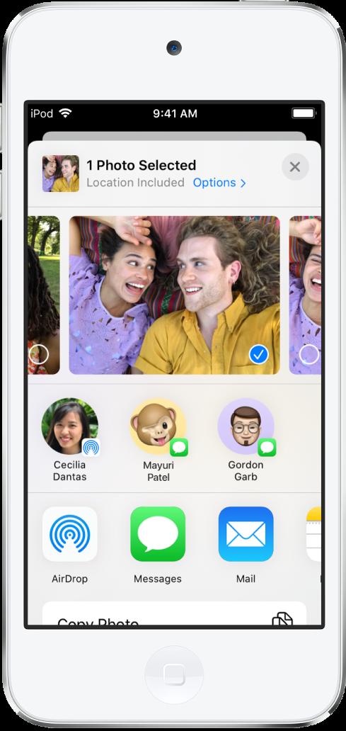 「分享」畫面,最上方顯示照片;已選取一張照片,以藍色圓圈中帶有白色註記符號表示。照片下方一列顯示您可以使用 AirDrop 與對方分享照片的朋友。再下來為其他分享選項,有左至右分別是「訊息」、「郵件」、「共享的相簿」和「加入到備忘錄」。底部列是「拷貝」、「拷貝 iCloud 連結」、「幻燈片秀」和 AirPlay 按鈕。