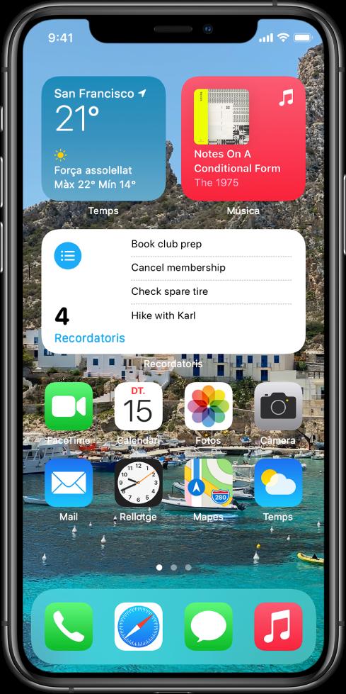 Pantalla d'inici que mostra un fons personalitzat, els widgets de Mapes i Calendari, i les icones d'altres apps.