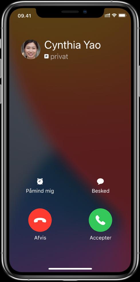 En skærm, der viser en notifikation om et indgående opkald øverst. Knapperne Afvis og Accepter er placeret øverst til højre.