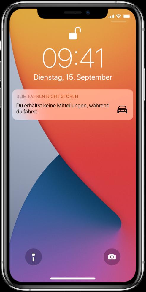 """Die Mitteilung """"Beim Fahren nicht stören"""" im Sperrbildschirm."""
