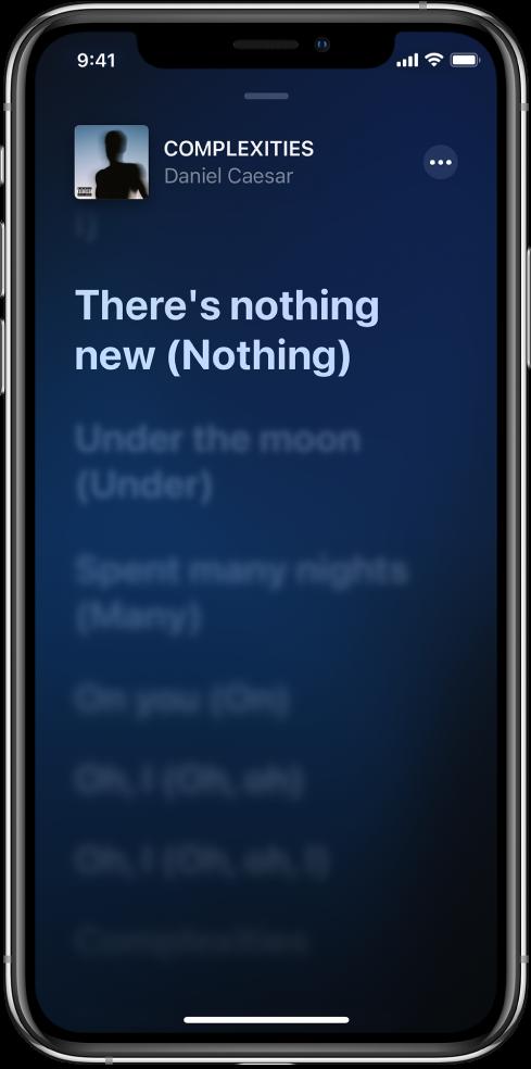 Η οθόνη Στίχων όπου εμφανίζονται ο τίτλος τραγουδιού, το όνομα καλλιτέχνη και το κουμπί «Περισσότερα» στο πάνω μέρος. Ο τρέχων στίχος είναι επισημασμένος και οι επόμενοι στίχοι φαίνονται με πιο αχνό χρώμα.