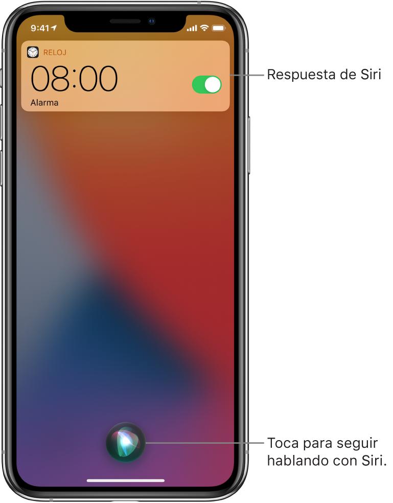 Siri en la pantalla bloqueada. Una notificación de la app Reloj muestra que hay una alarma activada para las 8:00 a.m. Un botón en la parte inferior de la pantalla se usa para seguir hablando con Siri.