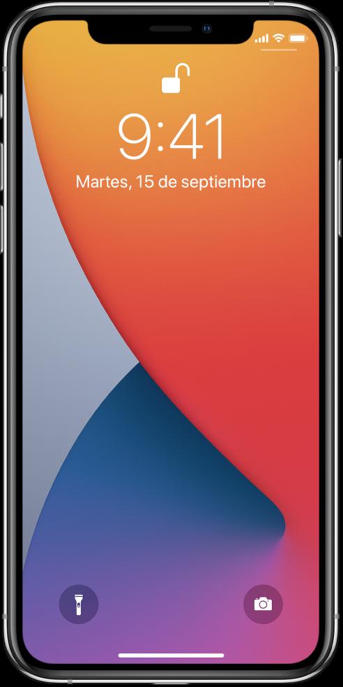 La pantalla bloqueada del iPhone mostrando la hora y fecha.