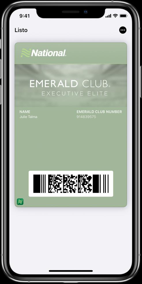 Un pase de abordar en Wallet mostrando información de un vuelo y el código QR en la parte inferior.