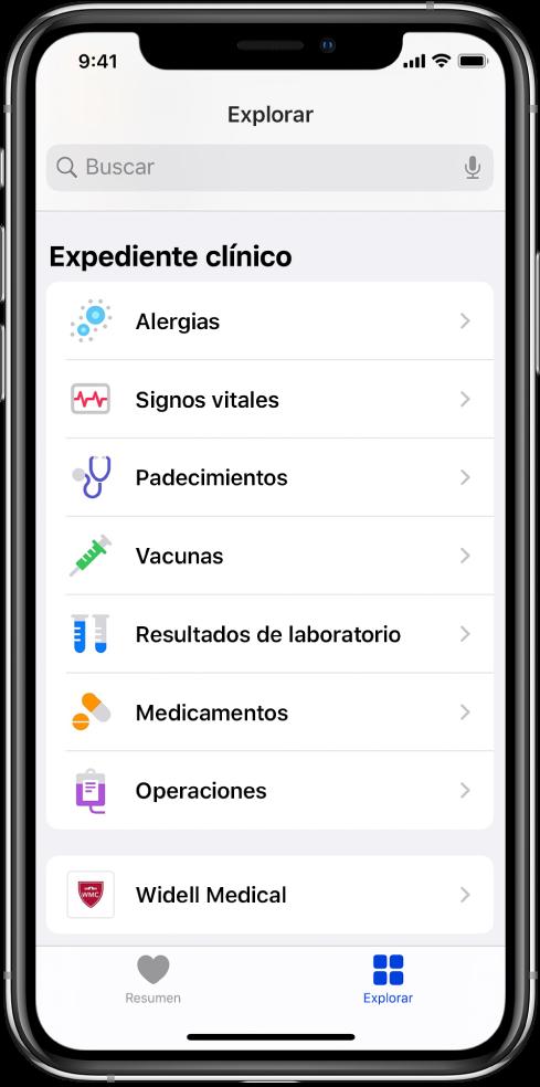 """La pantalla """"Expediente clínico"""" de la app Salud. La pantalla enlista categorías, incluyendo Alergias, Signos vitales y Padecimientos. Debajo de la lista de categorías se encuentra un botón para Widell Medical. En la parte inferior de la pantalla, se selecciona el botón Explorar."""