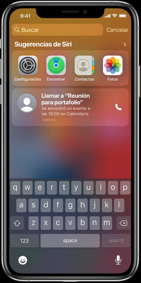 """La pantalla bloqueada del iPhone. La configuración de la app, Encontrar, Contactos y Fotos aparecen debajo de """"Sugerencias de Siri"""". Debajo de las sugerencias de la app aparece una sugerencia para llamar al número de """"Reunión para portafolio"""", que es un evento que se encuentra en Calendario."""