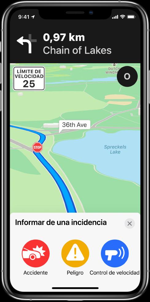 """Mapa con una tarjeta llamada """"Informar de una incidencia"""" en la parte inferior de la pantalla. La tarjeta de la ruta incluye los botones Accidente, Peligro y """"Control de velocidad""""."""