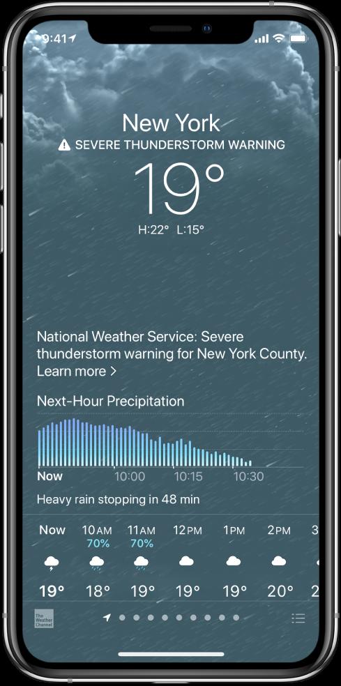 Rakenduse Weather kuva, kus on järgmine teave (ülevalt alla): asukoht, tugeva äikese hoiatus, hetketemperatuur, päeva kõrgeimaid ja madalamaid temperatuurid ning graafik järgmise tunni sademete hulgaga. Ekraani allservas on tunnipõhine ennustus, millele järgneb punktirida, mis tähistab asukohtade loendis olevate asukohtade arvu. Ekraani alumises paremas nurgas on nupp Edit Cities.