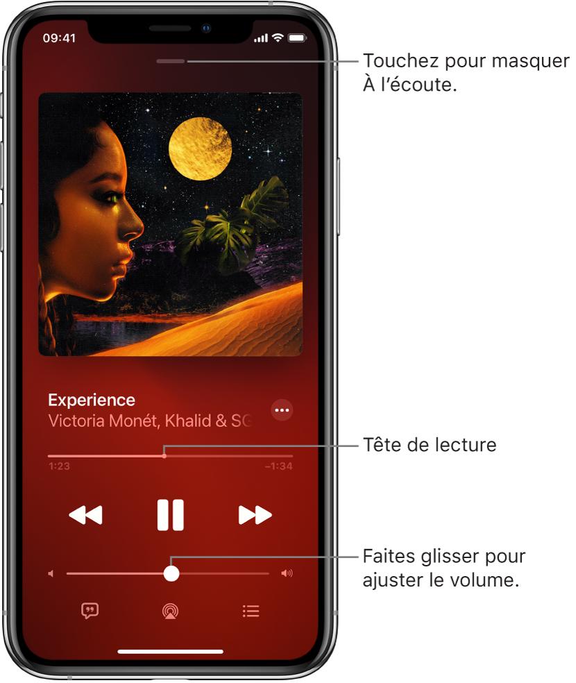 L'écran À l'écoute avec l'illustration de l'album. En dessous se trouvent le titre du morceau, le nom de l'artiste, le bouton Plus, la tête de lecture, les commandes de lecture, le curseur de volume, le bouton Paroles, le bouton «Destination pour la lecture» et le bouton «File d'attente». Le bouton pour masquer À l'écoute se trouve en haut.