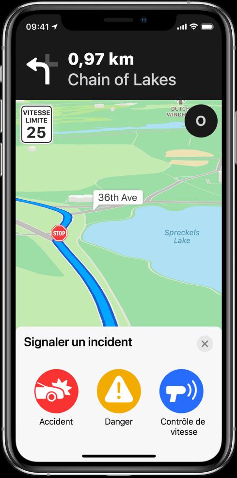 Un plan avec une fiche nommée «Signaler un incident» affichée en bas de l'écran. La fiche d'itinéraire inclut les boutons pour Accident, Danger et «Contrôle de vitesse».