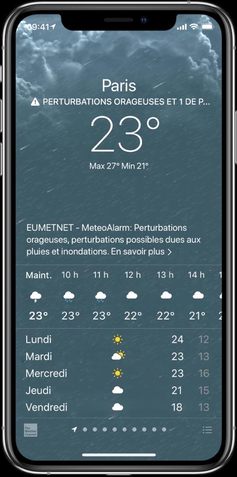Écran Météo affichant, de haut en bas: le lieu, un avertissement pour orage violent, la température actuelle, les températures maximale et minimale du jour, et un graphique qui montre les niveaux de précipitation pour la prochaine heure. En bas de l'écran sont affichées les prévisions heure par heure, suivies d'une rangée de points qui montre le nombre de lieux qui figurent dans la liste des lieux. Dans l'angle inférieur droit se trouve le bouton «Modifier les villes».
