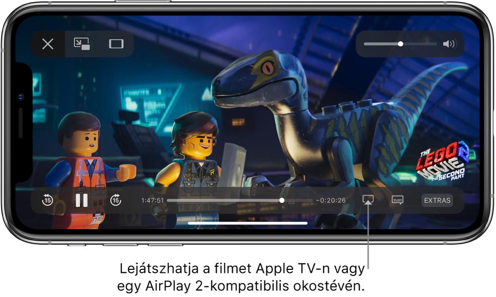 Egy film lejátszása az iPhone képernyőjén. A képernyő alján a lejátszásvezérlők láthatók, többek között a Képernyőtükrözés gomb a jobb alsó részen.