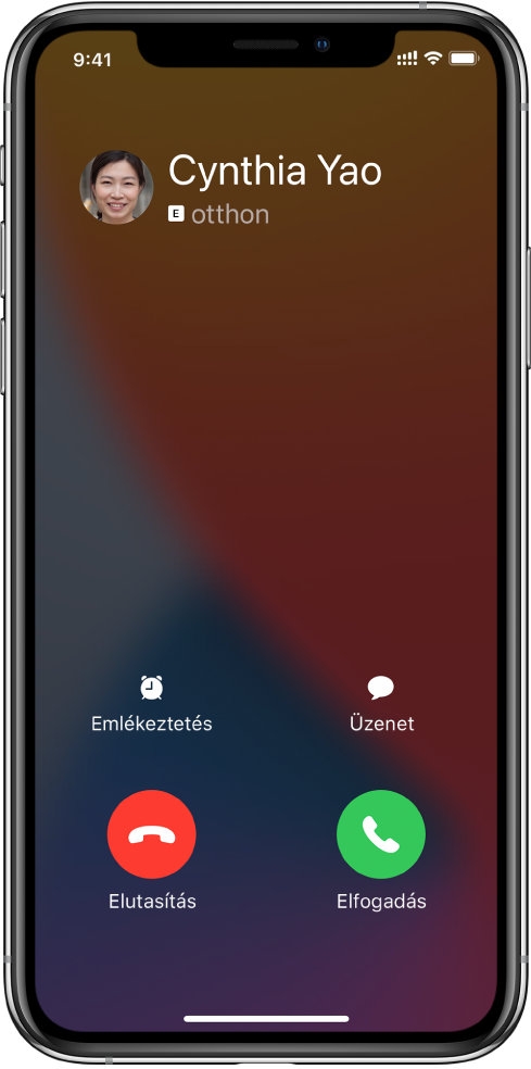 A képernyő felső részén egy bejövő hívás értesítése látható. Az Elutasítás és a Fogadás gombok a jobb felső részen láthatók.