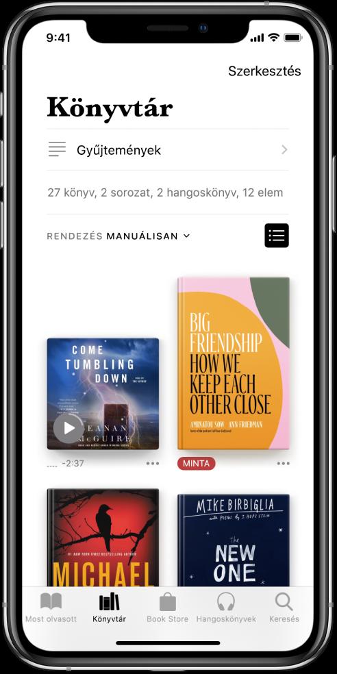 A Könyvtár képernyő a Könyvek alkalmazásban. A képernyő tetején a Gyűjtemények gomb és a rendezéshez rendelkezésre álló opciók láthatók. A Legutóbbi rendezési beállítás van kiválasztva. A képernyő közepén a könyvtárban lévő könyvek borítói jelennek meg. A képernyő alján balról jobbra haladva a következő lapok láthatók: Most olvasott, Könyvtár, Book Store, Hangoskönyvek és Keresés.