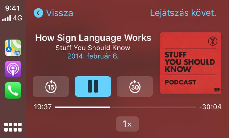 A CarPlay Dashboardja, amelyen a How Sign Language Works by Stuff You Should Know című podcast lejátszása van folyamatban.