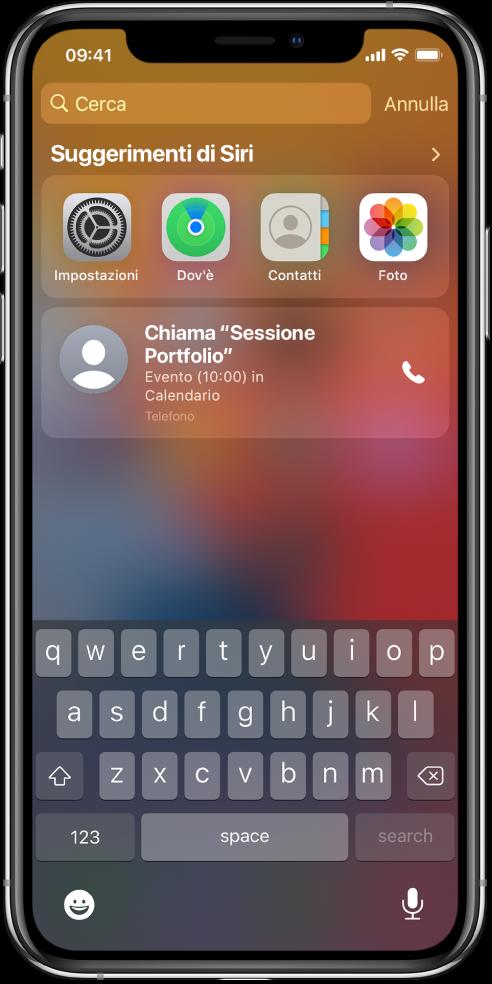 """La schermata """"Blocco schermo"""" di iPhone. Le app Impostazioni, Dov'è, Contatti e Foto vengono visualizzate sotto """"Suggerimenti di Siri"""". Sotto i suggerimenti delle app si trova un suggerimento di partecipare a """"Sessione Portfolio"""", un evento che si trova in Calendario."""