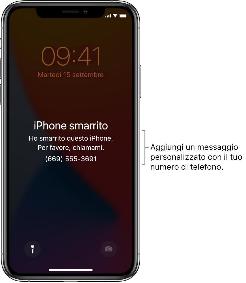 """La schermata di blocco di un iPhone con il messaggio: """"iPhone smarrito. Questo iPhone è stato smarrito. Chiamami. (669)."""" Puoi aggiungere un messaggio personalizzato insieme al numero di telefono."""
