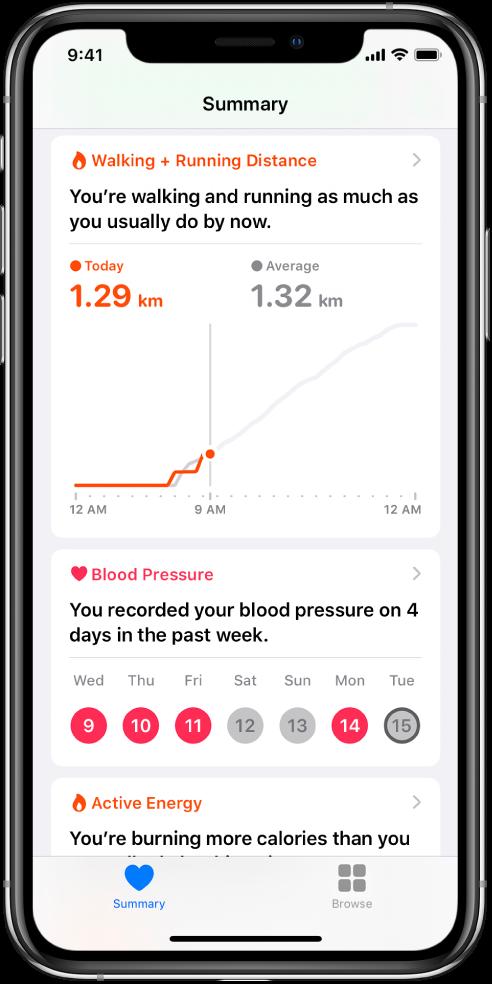 Suvestinės ekrane rodoma svarbiausia informacija, įskaitant ėjimo ir bėgimo atstumą per dieną ir praėjusios savaitės dienų skaičių, per kurį buvo įrašomi kraujospūdžio duomenys.