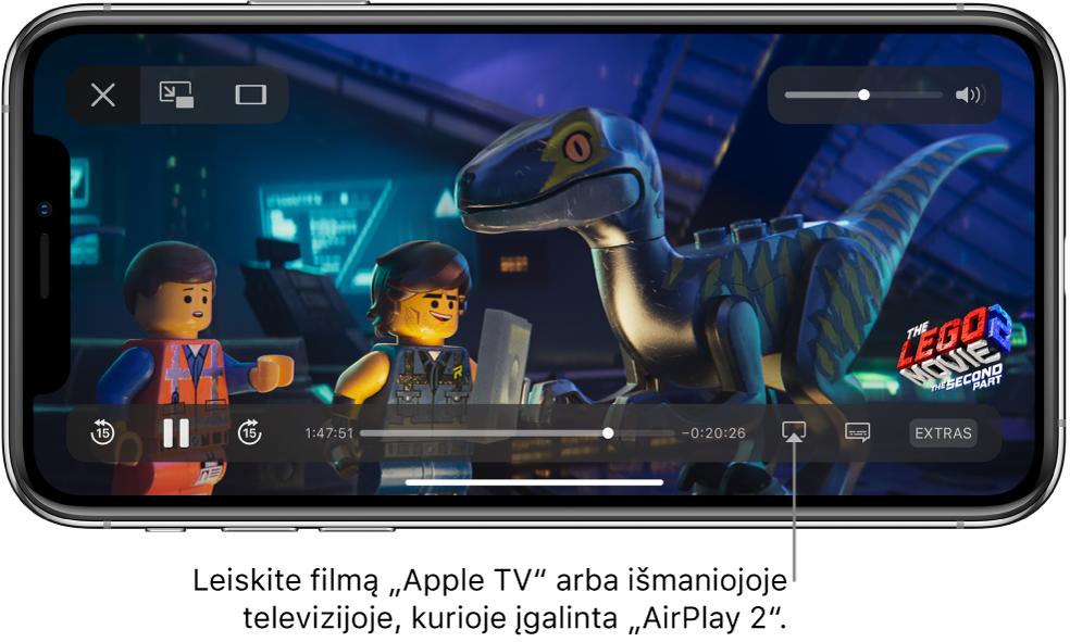 """Filmas, leidžiamas """"iPhone"""" ekrane. Ekrano apačioje pateikiami atkūrimo valdikliai, įskaitant ekrano pateikimo mygtuką netoli apačios, dešinėje."""
