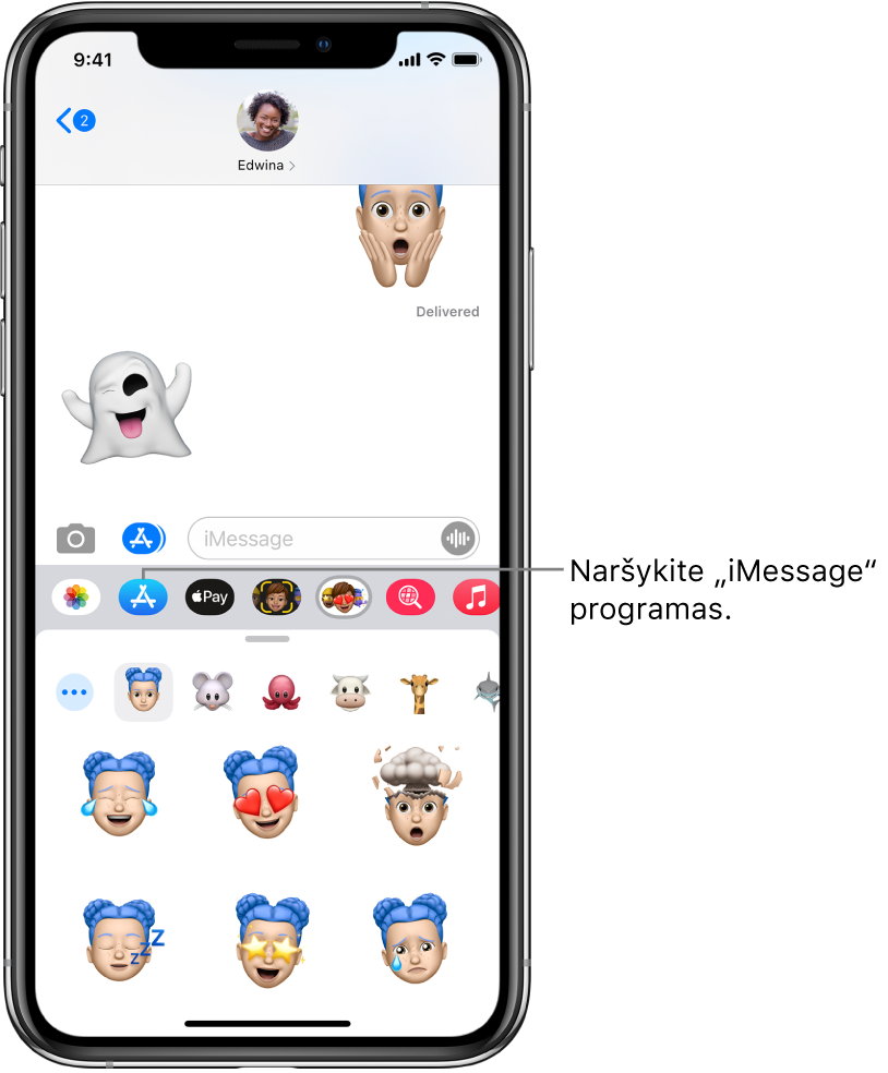 """""""Messages"""" pokalbis ir pasirinktas """"iMessage"""" programų naršyklės mygtukas. Atidarytos programos stalčiuje rodomi šypsenėlių lipdukai."""