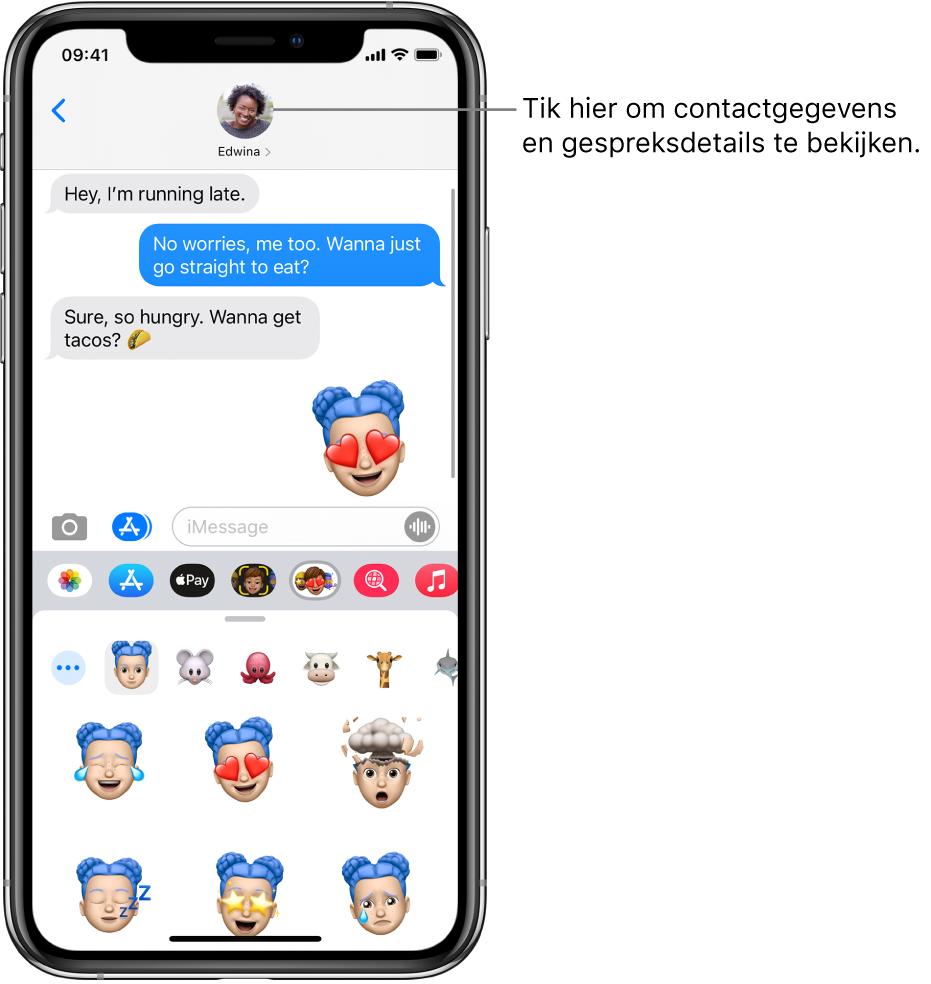 Gesprek in de Berichten-app. Bovenin zie je van links naar rechts de terugknop en een foto van degene met wie je berichten uitwisselt. In het midden zie je de berichten die in de loop van het gesprek zijn verstuurd en ontvangen. Onderin zie je van links naar rechts de knoppen voor Foto's, AppStore, ApplePay, memoji, Hashtag-afbeeldingen, Muziek en DigitalTouch.