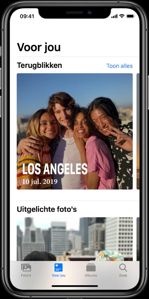 Het tabblad 'Voor jou' in de Foto's-app met het gedeelte 'Terugblikken'. De terugblik heeft een omslagfoto met de locatie en datum. Rechtsbovenin staat een knop 'Toon alles', waarmee je een overzicht van al je terugblikken weergeeft.