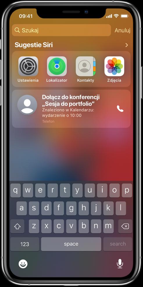 """Zablokowany ekran iPhone'a. Widoczna jest etykieta Sugestie Siri, apod nią aplikacje Ustawienia, Lokalizator, Kontakty oraz Zdjęcia. Poniżej widoczna jest sugestia dotycząca wykonania połączenia związanego zwydarzeniem """"Sesja do portfolio"""" znalezionym wKalendarzu."""