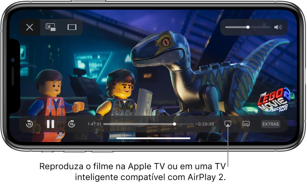 Um filme sendo reproduzido na tela do iPhone. Na parte inferior da tela, encontram-se os controles de reprodução, incluindo o botão Espelhamento de Tela, próximo ao canto inferior direito.