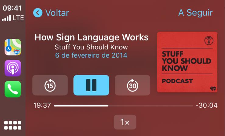 Painel do CarPlay mostrando o podcast How Sign Language Works por Stuff You Should Know sendo reproduzido.