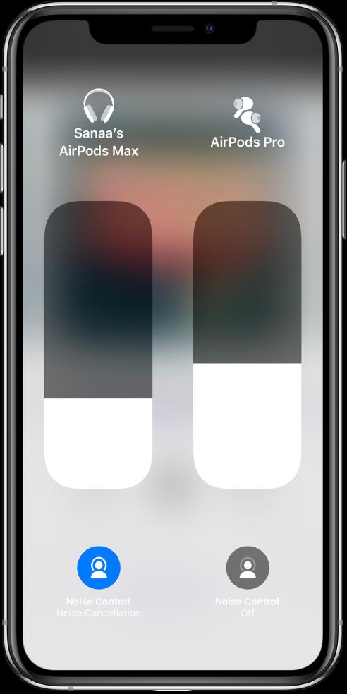 Клизачи за јачину звука за два пара AirPods слушалица. Дугмад за Noise Control могу да се виде испод контрола клизача за јачину звука.