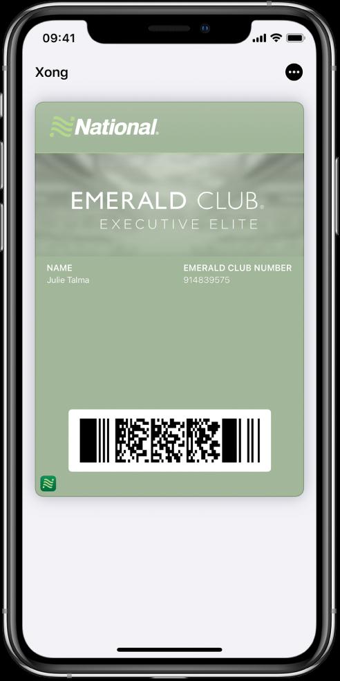 Thẻ lên máy bay trong Wallet đang hiển thị thông tin chuyến bay và mã QR ở dưới cùng.