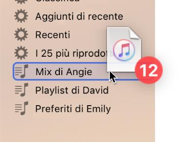 Un album che viene trascinato su una playlist. La playlist è evidenziata con un rettangolo blu.